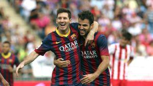 Lionel Messi och Cesc Fabregas firar.