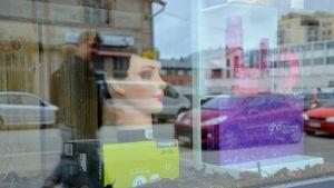 Jakt- och fiskeaffär gör reklam för en frisörsalong