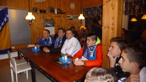 Fotbollssupporters på Bosniska grillen