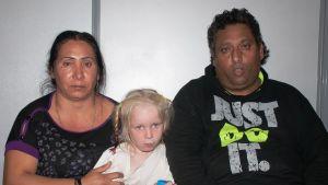 Polisens foto av det misstänkta paret med flickan Maria