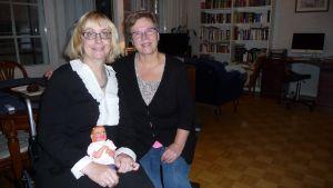 Tiina Kumpuvuori är tacksam att Aira Eklöf på CP-förbundet kan ge service på svenska.