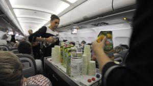 Bara saft och vatten serverades på Finnairs Kittiläflyg på grund av strejken den 14 november 2013.
