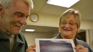Jan Ståhl och Michaela Silvfast tittar på Jans bild i föreningens almanacka