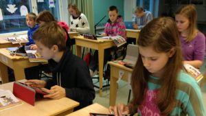 Femteklassare i Kyrkoby skola i Pojo med sina lärplattor