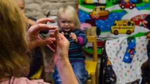 Några gånger i veckan ordnar rikssvenska Yvonne Leipsalu frivilligt en öppen förskola i svenska församlingens lokaler. Här samlas föräldrar och barn för att snacka svenska och fika tillsammans. En sångstund med svenska barnvisor finns alltid med i program