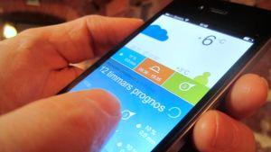 bild på smarttelefon med vädertjänst