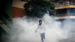 Muslimska brödraskapets anhängare flydde tårgasen och röken i centrala Kairo