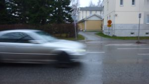 Bil i regnväder.