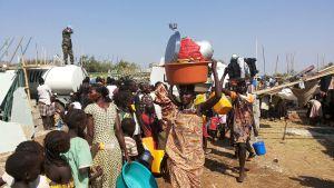 Sydsudanesiska flyktingar söker skydd hos FN i utkanten av Juba