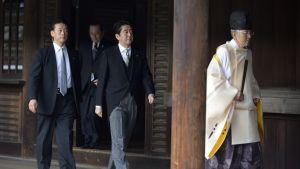 Japans premiärminister Shinzo Abe (i mitten) besöker Yasukuni-helgedomen i Tokyo.