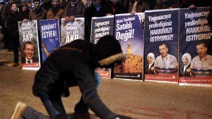 Regeringskritiska demonstranter samlades i måndags i Istanbul