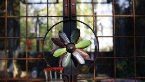 Metall är ett av växthusets byggnadsmaterial.