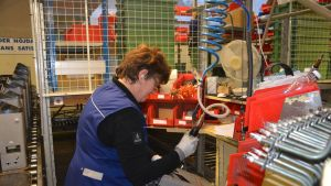 Hangöbon Tua Björklöv har jobbat 40 år på Helos fabrik