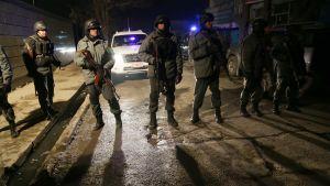 Afghansk polis utanför restaurangen efter dådet