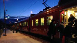 Pendlare hoppar på tåget på Sjundeå station.