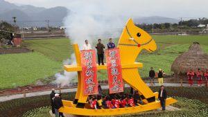 Taiwan hävdar att de byggt världens största gunghäst till äran av hästens år.