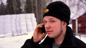 Håkan Back med mobiltelefon
