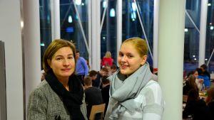 Rektor Anne Levonen och abiturient Johanna Mäkinen