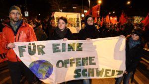 Demonstranter i Zürich protesterar mot resultatet av folkomröstningen.