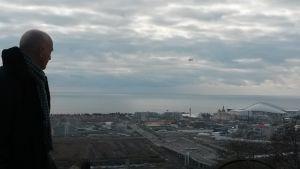 Miljöaktivisten Vladimir Kimaev tittar ut över Olympiaparken i Sotji.