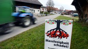 Plakat uppmanar till att stoppa massinvandringen