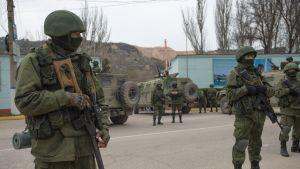 Oidentifierade soldater i uniformer utan beteckningar blockerar en ukrainsk militärbas i Balaklava på Krim
