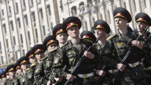 Ukrainska soldater på parad (arkivbild).