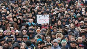 Ukrainare protesterar mot Ryssland på Självständighetsplatsen i Kiev