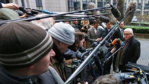 Tysklands utrikesminister Frank-Walter Steinmeier talar till journalisterna i Bryssel