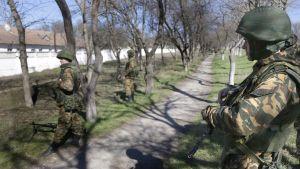 Soldater som misstänks vara ryska har omringat en ukrainsk militärbas