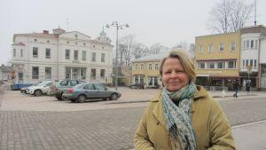 Ylva Rancken-Lutz med torget i Ekenäs i bakgrunden.