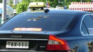 taxibil med rolig registerskylt