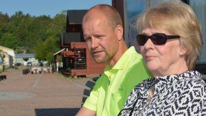 Hamnvärd Niclas Mattsson och Anita Laakso, projektledare för Skeppsbron rf