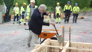 Stadsdir Mårten Johansson lägger grunden för Mikaelskolan