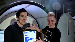 Johan Sandholm och Harri Montonen visar hur värmekameran fungerar