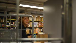 Försäljningsförmannen Inger Wahlberg på Posten i Borgå sorterar paket