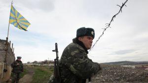 Ukrainska trupper på vakt vid en militärbas utanför Savastopol på Krim.