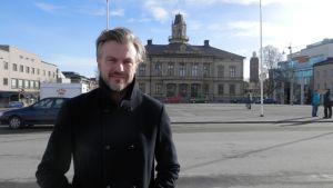Thomas Sandell på torget i jakobstad