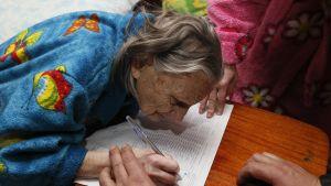 Äldre dam i vallokal i Belogorsk utanför Simferopol på söndagen