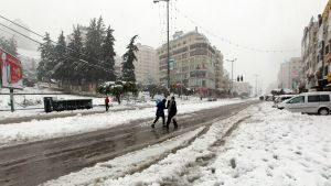 Snö i staden Nablus på Västbanken