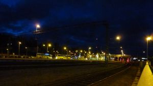 Bussar på tågstationen i Karis en mörk morgon.