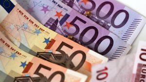 Euro-seteleitä pöydällä