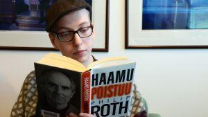 Mies lukee Philip Rothin kirjaa