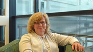 Hankens nya rektor Karen Spens sitter i en fåtölj.