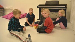 Barn i Merituulen koulus nya lekrum.