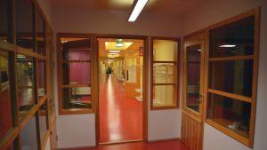 Nyrenoverad korridor i Merituulen koulu