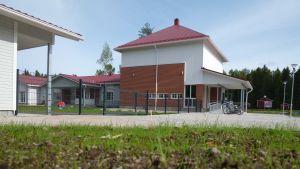 Nya byggnader, daghem och filialbibliotek, i förgrunden nysådd gräsmatta.