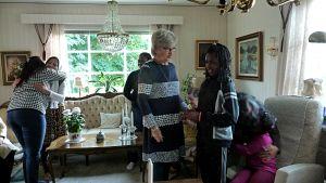 Catarina Rikala i samspråk med en flicka från Ghana på Dustaneh-träff i Kristinestad