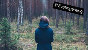 flicka i tallskog med #NiVetIngenting-stämpel