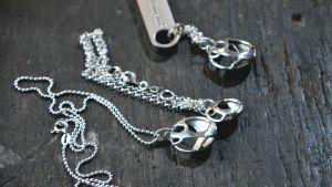 Silversmycken på träbord
